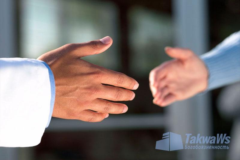 Сунной является рукопожатие только одной рукой