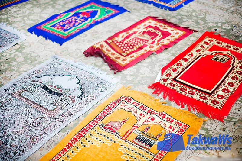 Положение ковриков для молитвы (саджада)